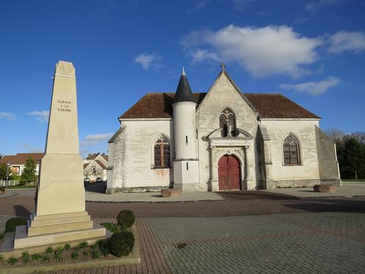 Eglise + Monument aux Morts.JPG
