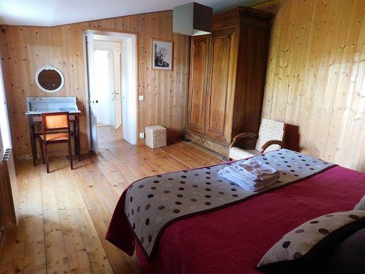 Les Brulonnes-chambre-bois-vue2.jpg