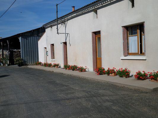 genneton-gite-les-3-roses-facade3.JPG