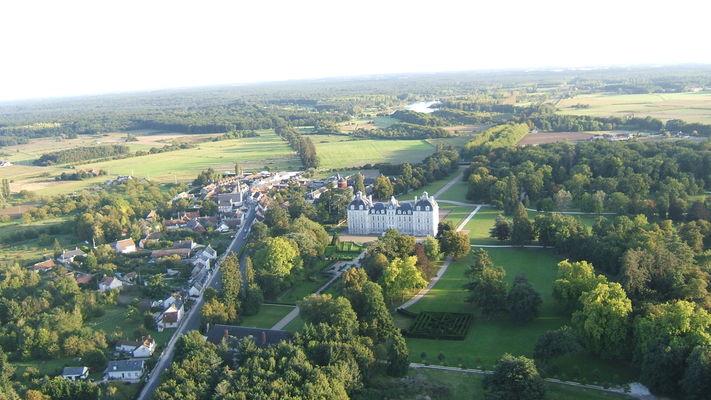 vue aerienne Bourg et château.jpg