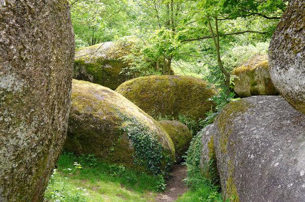 rocher-branlant-jardin-chirons-pw-6014-2000.jpg