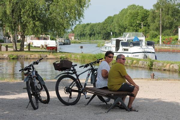 Saint-leger-sur-dheune-canal-velo-locaboat-voie-verte-OT (21).JPG