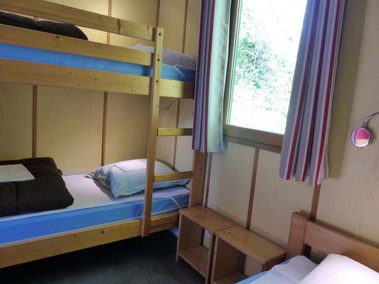 Argentonnay-camping-du-lac-dhautibus-chalet-chambre2-sit.jpg