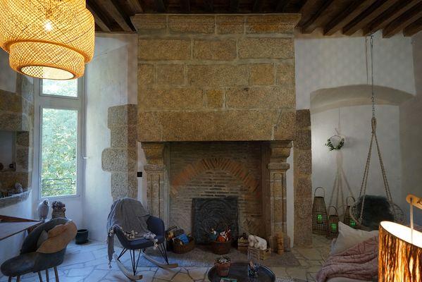 moutiers-sous-chantemerle-chambres-dhotes-bocage-de-la-belle-histoire-chambre1-cheminee.jpg