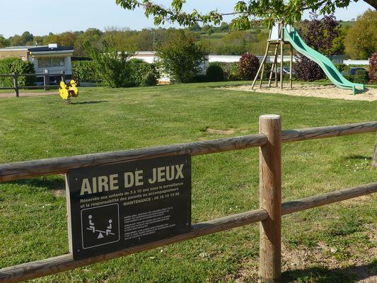 Argentonnay-camping-du-lac-dhautibus-aires-de-jeux-sit.jpg