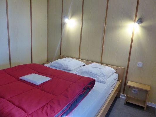 Argentonnay-camping-du-lac-dhautibus-chalet-chambre1-sit.jpg