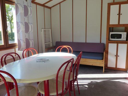 Argentonnay-camping-du-lac-dhautibus-chalet-salon-cuisine-sit.jpg