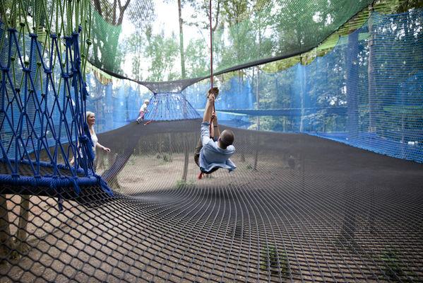 Jouez à Tarzan dans les filets suspendus