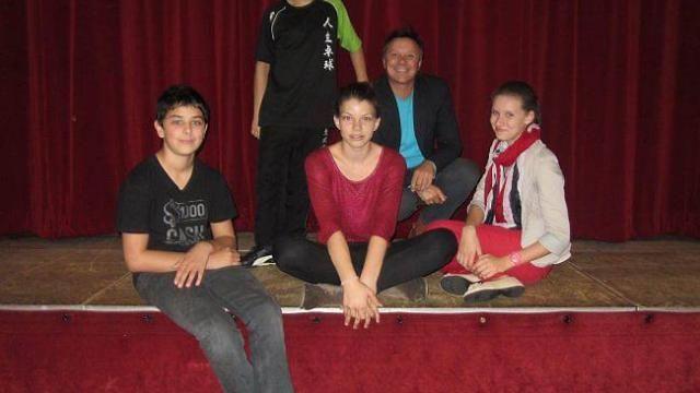 un-atelier-theatre-pour-les-adolescents0.jpg