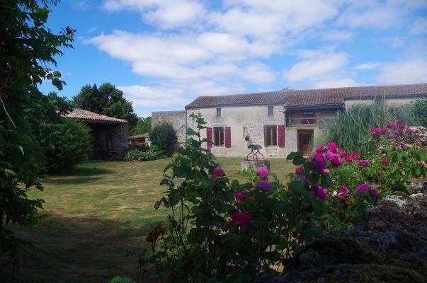 noirlieu-gite-du-chateau-facade-rosiers.jpg