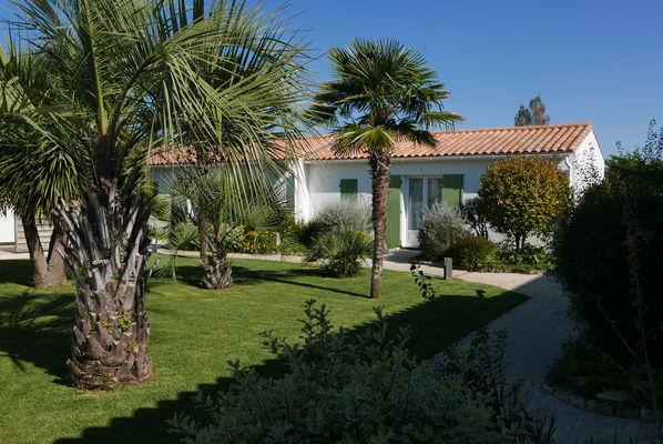 Vue du jardin et bâtiment de la résidence.JPG