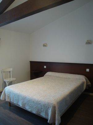 chambre-poutres-apparentes-hotel-saint-martin-de-re.jpg