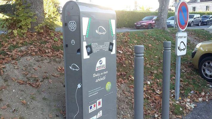 Borne_recharge_véhicule_électrique_La_Roche_Posay.jpg