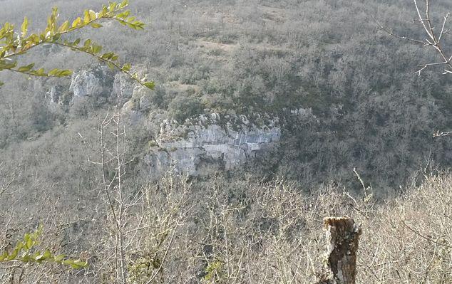 Vue sur une partie de l'aqueduc creusé dans la falaise.jpg