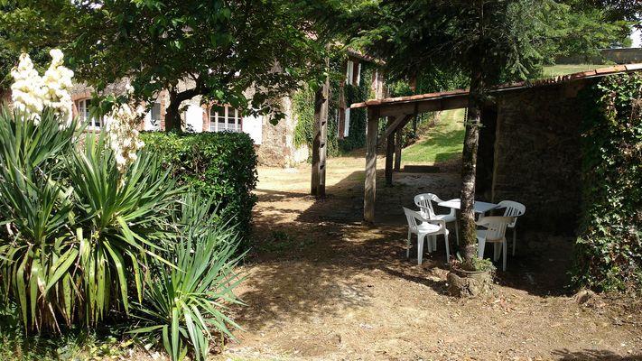 Combrand-gite-chez-papy-jardin-sit.jpg