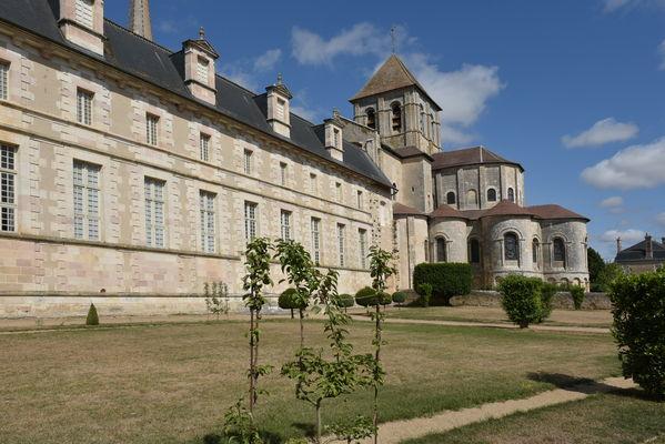 Abbaye Coté jardin 01.JPG