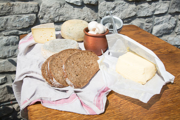 Trois Ruelles_Beurre de ferme_fromages locaux.jpg