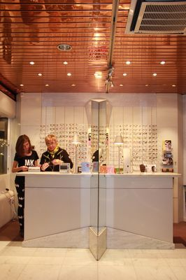 Hugon-opticiens-comptoir-personnel.jpg