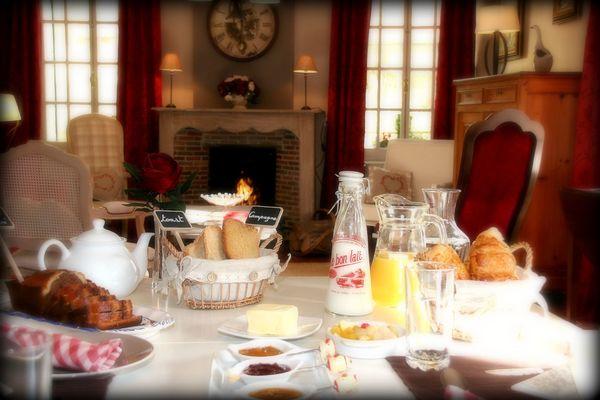 Estreux-Domaine-de-la-Frenaie-Petit-déjeuner.jpg