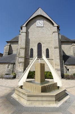 Eglise St Jean Baptiste de Chaource et fontaine sur la place .JPG