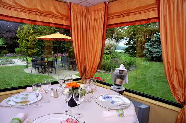 Restaurant coté lac et jardin 72 dpi.jpg