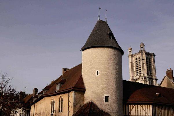 petit louvre tour cathédrale.jpg