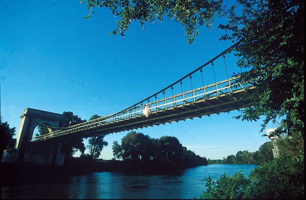 Pont Suspendu Fourques.JPG