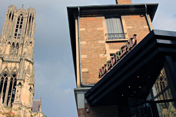 Au bureau ©Clément Richez pour l'Office de tourisme de l'Agglomération de Reims (9).jpg