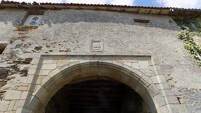 Porche d'entrée et blason de la famille de SainteMaure-sit.jpg