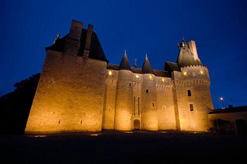 Façade du château de Fougères-sur-Bièvre  de nuit en Loir er Cher