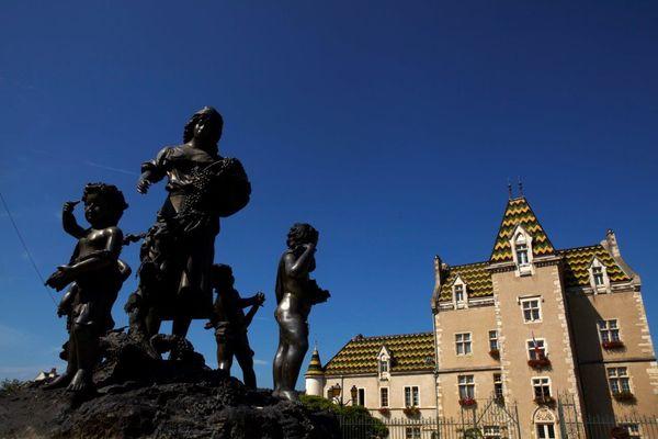 La place de l hotel de ville de Meursault_JP