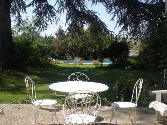 Terrasse aménagée avec vue sur parc et piscine