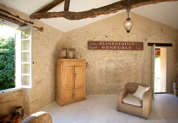 Salon en pierre et poutres apparentes