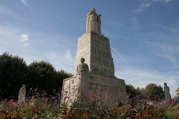Le monument aux morts < Soissons < Aisne < Picardie