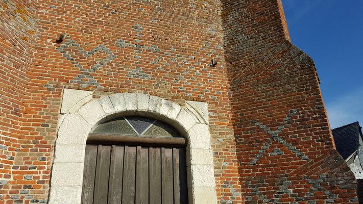 Motifs en briques vitrifiées de l'église fortifiée de Lugny < Thiérache < Aisne < Picardie