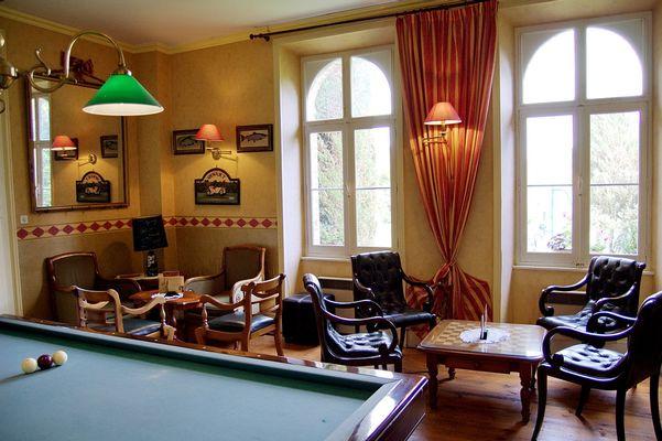 Hôtel le clos du Montvinage billard et bar dans salon