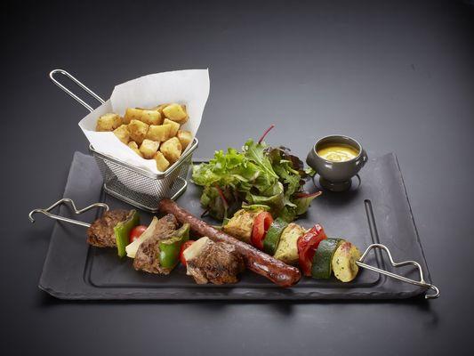 Brochette de bœuf, volaille et saucisse
