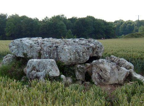 Le dolmen de la Pierre Laye < Vauxrezis < Aisne < Picardie