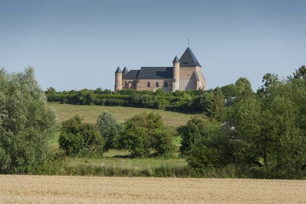 Eglise Fortifiée de Beaurain < Vue de loin < Flavigny le Grand et BEaurain < Aisne < Picardie