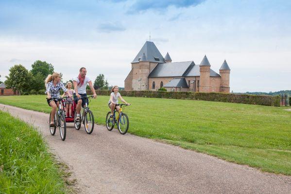 Aux abords de la splendide église fortifiée de Beaurain