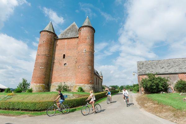 La jolie église fortifiée d'Englancourt