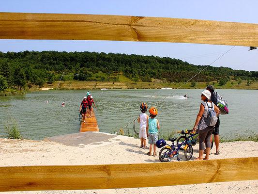 Vue panoramiqu promenade et pique-nique au bord du lac