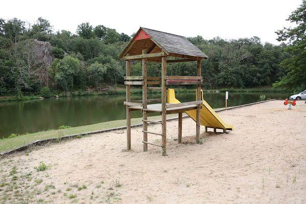 argentonnay-camping-lac-dhautibus-aire-de-jeux