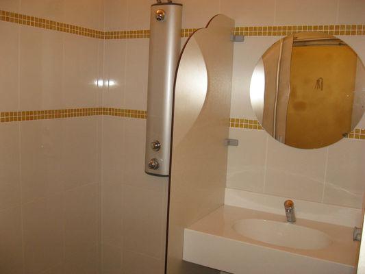cabine-douche-lavabo