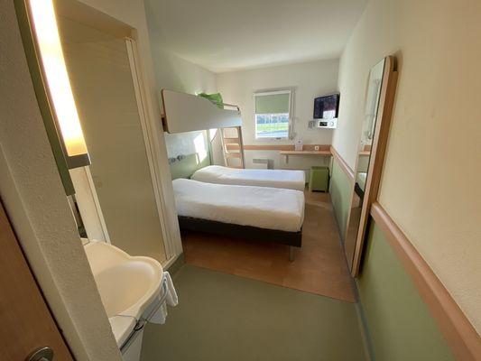 Une chambre triple avec petits lits