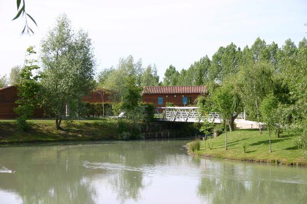 Pavillons au bord du plan d'eau