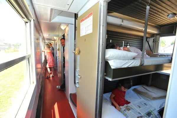 bressuire-au-petit-brasseur-cabine-deux-lits-superposes-ouvert