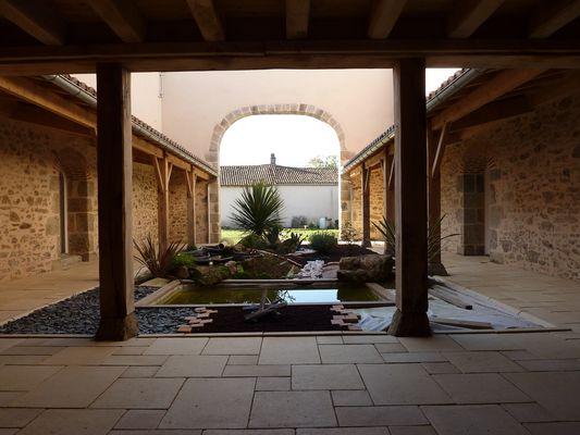 nueil-les-aubiers-chambres-dhotes-la-minaudiere-patio2.jpg_9