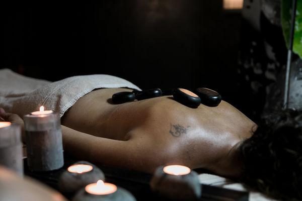 Massage aux pierres chaudes au spa