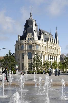 Médiathèque vue depuis Epars - Jets d'eau © Office de Tourisme de Chartres - Ville de Chartres Guillermo Osorio